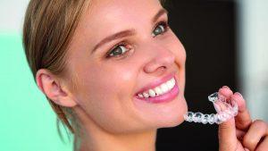 Invisalign αόρατα σιδεράκια για ίσια δόντια.