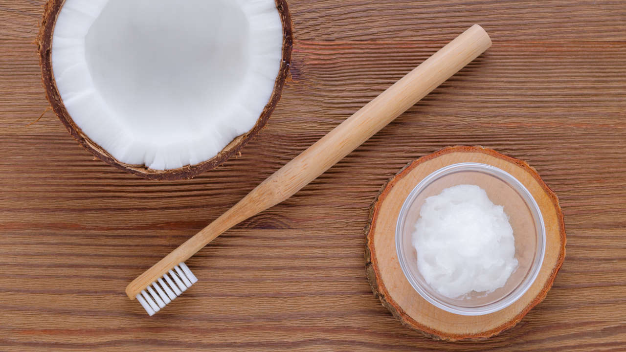 Λεύκανση δοντιών με λάδι καρύδας